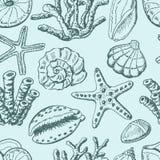 Άνευ ραφής σχέδιο με τα κοχύλια, το κοράλλι και τον αστερία στο μπλε υπόβαθρο ελεύθερη απεικόνιση δικαιώματος