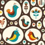 Άνευ ραφής σχέδιο με τα πουλιά και τα λουλούδια στο καφετί υπόβαθρο Στοκ Φωτογραφίες