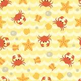 Άνευ ραφής σχέδιο με τα χαριτωμένα καβούρια, τα θαλασσινά κοχύλια και τους αστερίες κινούμενων σχεδίων Διανυσματική απεικόνιση