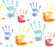 Άνευ ραφής σχέδιο με τις ζωηρόχρωμες τυπωμένες ύλες watercolor των χεριών των παιδιών ελεύθερη απεικόνιση δικαιώματος
