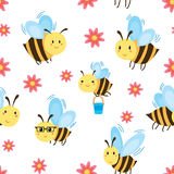 Άνευ ραφής σχέδιο με τις μέλισσες και τα λουλούδια κινούμενων σχεδίων Στοκ εικόνα με δικαίωμα ελεύθερης χρήσης