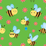 Άνευ ραφής σχέδιο με τις μέλισσες και τα λουλούδια κινούμενων σχεδίων Στοκ φωτογραφίες με δικαίωμα ελεύθερης χρήσης
