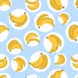 Άνευ ραφής σχέδιο με τις μπανάνες επίσης corel σύρετε το διάνυσμα απεικόνισης Κίτρινη μπανάνα στο μπλε υπόβαθρο Υφαντική τυπωμένη Στοκ εικόνα με δικαίωμα ελεύθερης χρήσης