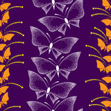 Άνευ ραφής σχέδιο με τις πεταλούδες και τα σημεία σε ένα ιώδες υπόβαθρο Στοκ φωτογραφία με δικαίωμα ελεύθερης χρήσης