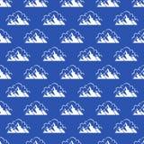 Άνευ ραφής σχέδιο με το βουνό και τα σύννεφα ελεύθερη απεικόνιση δικαιώματος