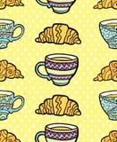 Άνευ ραφής σχέδιο με το φλυτζάνι και croissant στο κατασκευασμένο κίτρινο υπόβαθρο Ελεύθερη απεικόνιση δικαιώματος