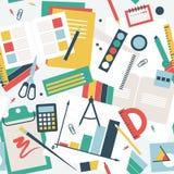 Άνευ ραφής σχέδιο στο επίπεδο ύφος, γραφείο του σπουδαστή με τα βιβλία, τα σημειωματάρια και τα χαρτικά Στοκ εικόνες με δικαίωμα ελεύθερης χρήσης