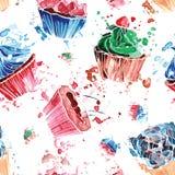 Άνευ ραφής σχέδιο του ζωηρόχρωμου watercolor cupcakes σε μια άσπρη πλάτη Στοκ Εικόνες