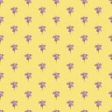Άνευ ραφής σχέδιο τυπωμένων υλών Ιώδη λουλούδια με το κίτρινο υπόβαθρο Στοκ Φωτογραφίες