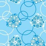 Άνευ ραφής σχέδιο των αφηρημένων άσπρων λουλουδιών και των κύκλων σε ένα μπλε Στοκ Εικόνα