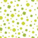 Άνευ ραφής σχέδιο των μικρών πράσινων και κίτρινων λουλουδιών και των καρδιών επάνω Στοκ Εικόνα