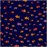 Άνευ ραφής σχέδιο των μικρών ψαριών σε ένα μπλε υπόβαθρο Στοκ Φωτογραφία