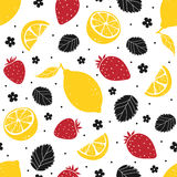Άνευ ραφής σχέδιο φραουλών και λεμονιών που απομονώνεται στο άσπρο υπόβαθρο επίσης corel σύρετε το διάνυσμα απεικόνισης Στοκ Φωτογραφία