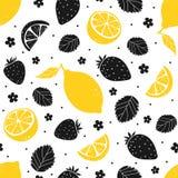 Άνευ ραφής σχέδιο φραουλών και λεμονιών στα κίτρινα και μαύρα χρώματα επίσης corel σύρετε το διάνυσμα απεικόνισης Στοκ φωτογραφίες με δικαίωμα ελεύθερης χρήσης