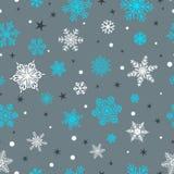 Άνευ ραφής σχέδιο snowflakes, του λευκού και του μπλε σε γκρίζο ελεύθερη απεικόνιση δικαιώματος