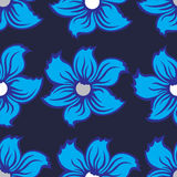 Άνευ ραφής υπόβαθρο με τα μπλε λουλούδια σε ένα σκοτεινό γκρι υποβάθρου Στοκ φωτογραφία με δικαίωμα ελεύθερης χρήσης