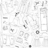 Άνευ ραφής υπόβαθρο με τα σχέδια των ενδυμάτων γυναικών και τα στοιχεία του ραψίματος διανυσματική απεικόνιση