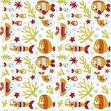 Άνευ ραφής χαριτωμένο θαλάσσιο σχέδιο με τα ψάρια, φύκι, κοράλλι, αστερίας, βυθός, άλγη, φυσαλίδα Στοκ εικόνα με δικαίωμα ελεύθερης χρήσης