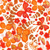 Άνευ ραφής floral σχέδιο άνοιξη με τις φράουλες και τα λουλούδια και τις πεταλούδες & x28 διανυσματικό EPS 10& x29  Στοκ Εικόνα