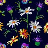 Άνευ ραφής floral σχέδιο με κεντημένος pansies και chamomiles απεικόνιση αποθεμάτων