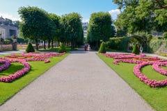 Άνθιση λουλουδιών στον κήπο παλατιών Mirabell στο Σάλτζμπουργκ, Αυστρία Στοκ Εικόνα
