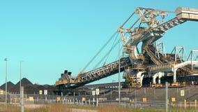 Άνθρακας που εκσκάπτει τον άνθρακα φόρτωσης μηχανών από έναν τομέα συσσώρευσης εκσκαφείς ροδών κάδων φιλμ μικρού μήκους