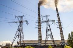 Άνθρακας που καίει τις βιομηχανικές εγκαταστάσεις παραγωγής ενέργειας με τους σωρούς καπνού Βρώμικο smo Στοκ Εικόνες