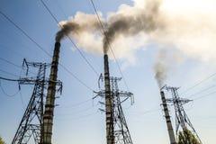 Άνθρακας που καίει τις βιομηχανικές εγκαταστάσεις παραγωγής ενέργειας με τους σωρούς καπνού Βρώμικο smo Στοκ Φωτογραφία