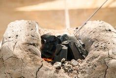 Άνθρακας σε έναν μικρό φούρνο ενός σιδηρουργού στοκ εικόνα με δικαίωμα ελεύθερης χρήσης