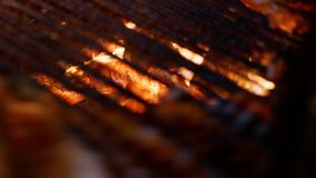 Άνθρακες που βλέπουν καυτοί μέσω του πλέγματος σχαρών απόθεμα βίντεο