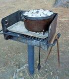 Άνθρακες στο καπάκι ενός ολλανδικού μαγειρεύοντας γεύματος φούρνων στοκ εικόνα