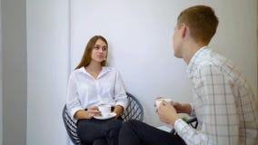 Άνθρωποι, έννοια ελεύθερου χρόνου και επικοινωνίας - ευτυχείς φίλοι που συναντούν και που πίνουν τον καφέ και το τσάι απόθεμα βίντεο