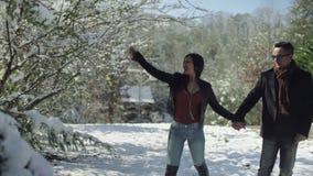 Άνθρωποι, έννοια εποχής, αγάπης και ελεύθερου χρόνου - ευτυχές ζεύγος που περπατά πέρα από το χειμερινό υπόβαθρο απόθεμα βίντεο