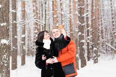 Άνθρωποι, έννοια εποχής, αγάπης, τεχνολογίας και ελεύθερου χρόνου - ευτυχές ζεύγος που παίρνει την εικόνα με το smartphone κατά τ Στοκ Εικόνα