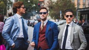Άνθρωποι έξω από τις επιδείξεις μόδας της Gucci που χτίζουν για την εβδομάδα 2014 μόδας των γυναικών του Μιλάνου Στοκ Εικόνα