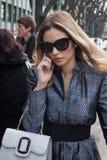 Άνθρωποι έξω από τις επιδείξεις μόδας του Armani που χτίζουν για την εβδομάδα 2014 μόδας των γυναικών του Μιλάνου Στοκ Εικόνες