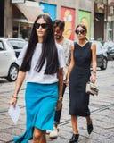 Άνθρωποι έξω από τις επιδείξεις μόδας Byblos που χτίζουν για την εβδομάδα 2014 μόδας των γυναικών του Μιλάνου Στοκ Εικόνες
