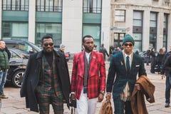 Άνθρωποι έξω από το κτήριο επιδείξεων μόδας Ferragamo για την εβδομάδα 2015 μόδας των ατόμων του Μιλάνου Στοκ Εικόνα