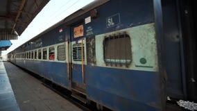 Το τραίνο φθάνει στο σταθμό Άνθρωποι αναστάτωσης στην πλατφόρμα απόθεμα βίντεο