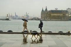 Άνθρωποι αποβαθρών ατμοπλοίων της Ιστανμπούλ που περπατούν στη βροχή Στοκ φωτογραφίες με δικαίωμα ελεύθερης χρήσης