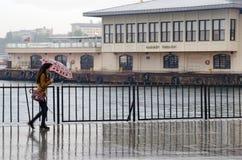 Άνθρωποι αποβαθρών ατμοπλοίων της Ιστανμπούλ που περπατούν στη βροχή Στοκ φωτογραφία με δικαίωμα ελεύθερης χρήσης