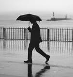 Άνθρωποι αποβαθρών ατμοπλοίων της Ιστανμπούλ που περπατούν στη βροχή Στοκ εικόνα με δικαίωμα ελεύθερης χρήσης
