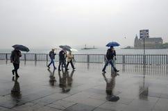 Άνθρωποι αποβαθρών ατμοπλοίων της Ιστανμπούλ που περπατούν στη βροχή Στοκ Εικόνα