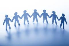 Άνθρωποι εγγράφου που στέκονται μαζί χέρι-χέρι ομάδα στοκ φωτογραφία με δικαίωμα ελεύθερης χρήσης