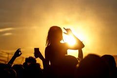 Άνθρωποι ενθαρρυντικοί στο φεστιβάλ βράχου Στοκ Φωτογραφία