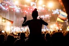 Άνθρωποι ενθαρρυντικοί στο φεστιβάλ βράχου Στοκ Εικόνες