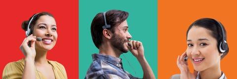Άνθρωποι εξυπηρέτησης πελατών τηλεφωνικών κέντρων στα ζωηρόχρωμα τετραγωνικά τμήματα στοκ εικόνα