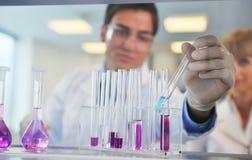 Άνθρωποι επιστήμης στο φωτεινό εργαστήριο στοκ εικόνες