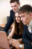 άνθρωποι επιχειρηματικών μονάδων που απασχολούνται στις νεολαίες Στοκ φωτογραφία με δικαίωμα ελεύθερης χρήσης