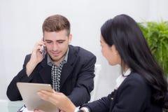άνθρωποι επιχειρησιακών ανδρών και γυναικών που κάνουν τη συνεδρίαση και που εξετάζουν την ταμπλέτα για την ανάλυση Στοκ Εικόνα
